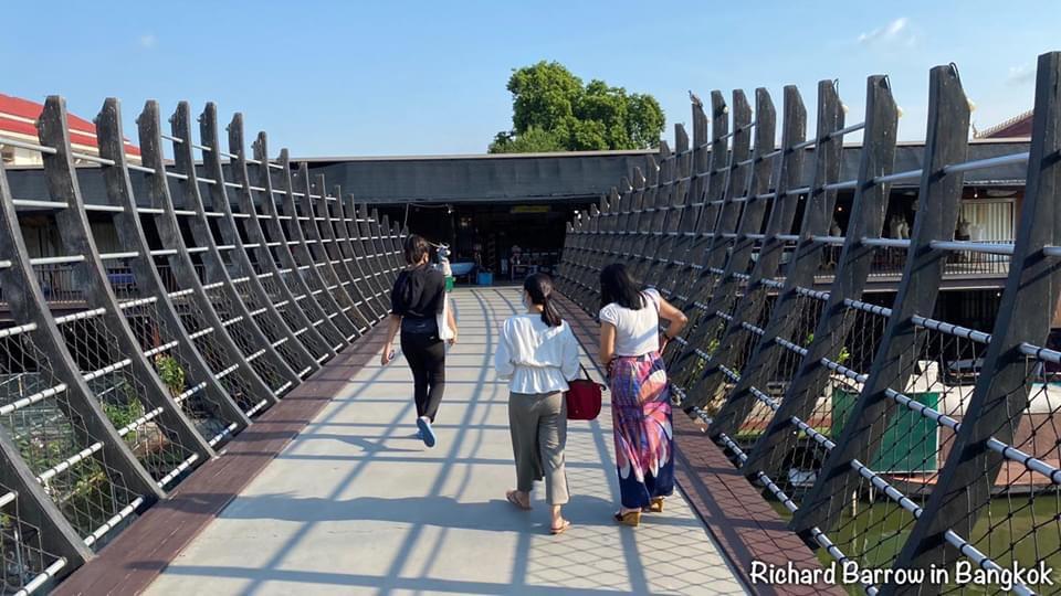 สะพานข้ามแม่น้ำ ตลาดน้ำขวัญเรียม ทำบุญไหว้พระ ตักบาตรตอนเช้า