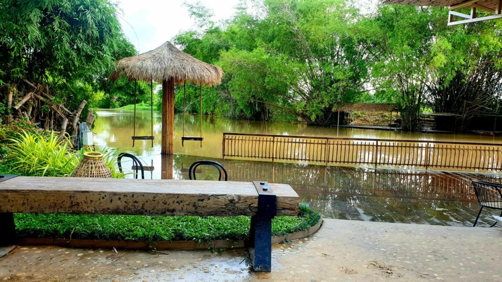 ชีวา 3 วัง คาเฟ่ นั่งจิบกาแฟริมน้ำ ทานอาหารอร่อย พนัสนิคม
