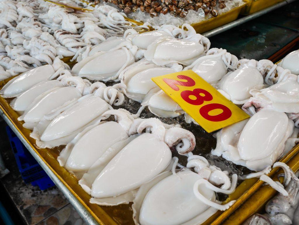 ตลาดประมงพื้นบ้านอ่างศิลา บางแสนเปิดแล้ว! หาซื้ออาหารทะเล กุ้ง หอย ปู ปลา แบบสดและแบบแห้ง