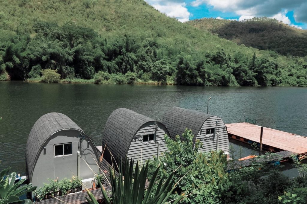 บ้านใจรัก รีสอร์ท  นอนริมแม่น้ำ