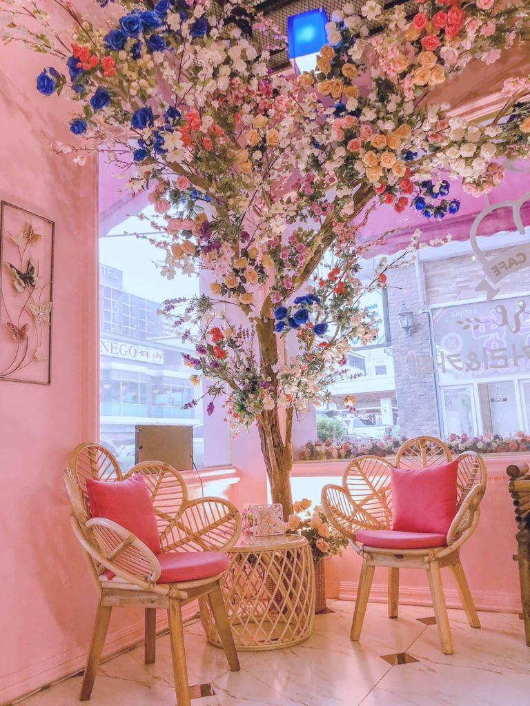 S'more Bakery & Cafe  ตกแต่งด้วยดอกไม้ทั้งร้าน