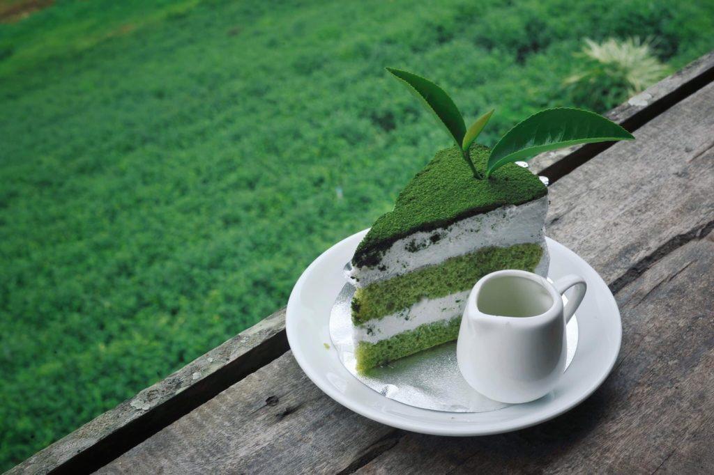 นั่งทานเค้กชาเขียว ที่ไร่ชาใกล็ ไร่แสงเดือน โฮมสเตย์