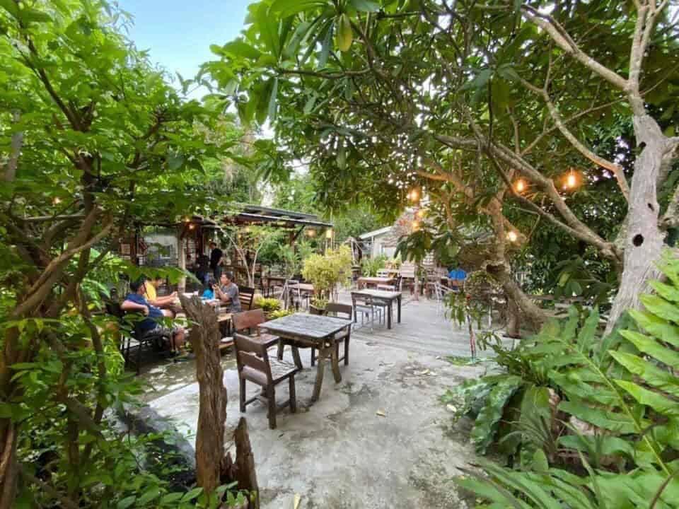 สเต็ก&ไวน์ บ้านเนินพะยอม ทานอาหารในสวนสวย