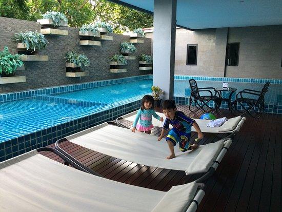 The Wind Hotel สระว่ายน้ำสะอาด เหมาะทำกิจกรรมครอบครัว