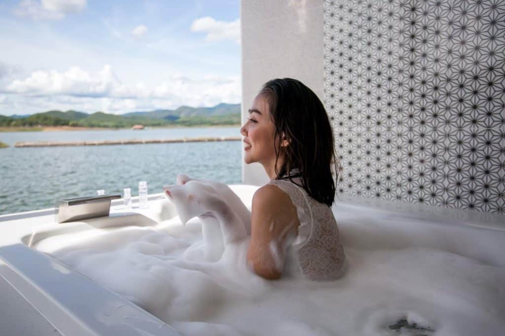 Rayaburi Resort (รายาบุรี รีสอร์ท)  มีอ่างน้ำให้นอนตีฟองสุดฟิน