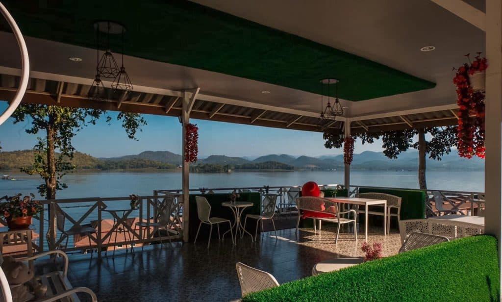 นั่งทานอาหารชิวๆ Rayaburi Resort (รายาบุรี รีสอร์ท)