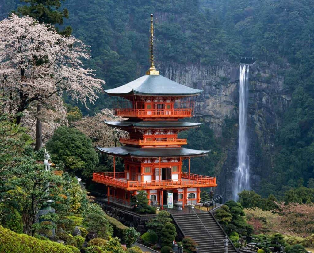 สถานที่ท่องเที่ยววากายาม่า ประเทศญี่ปุ่นที่บอกเลยว่าบรรยากาศดีและมีความน่าเที่ยสุด ๆ สถานที่ท่องเที่ยวแรกที่แอดอยากจะมาแนะนำ คือ น้ำตก Nachi