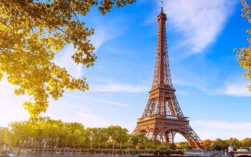 สถานที่ท่องเที่ยวฝรั่งเศส บรรยากาศดี บอกเลยว่าน่าเที่ยวสุด ๆ สายคนชอบเที่ยวห้ามพลาด สถานที่ท่องเที่ยวที่สามที่แอดอยากจะมาแนะนำ คือ หอไอเฟล Eiffel Tower