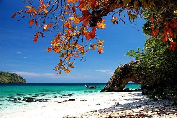 สถานที่ท่องเที่ยวสตูล บรรยากาศดีและมีความน่าเที่ยวสุด ๆ สายคนชอบทะเลไม่ควรพลาด สถานที่ท่องเที่ยวแรกที่แอดอยากจะมาแนะนำ คือ เกาะลิดี
