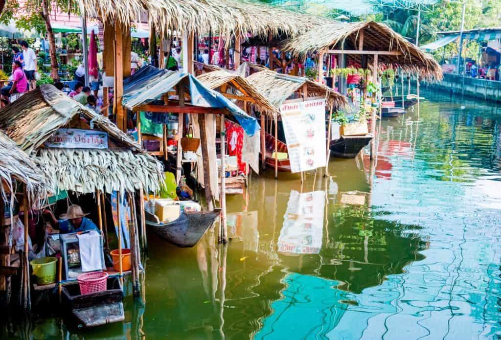 ตลาดน้ำน่าเที่ยว ที่บอกเลยว่ายอดนิยมและเป็นที่ให้ความสนใจของนักท่องเที่ยว สถานที่ท่องเที่ยวแรกที่แอดอยากจะมาแนะนำ คือ ตลาดน้ำบางน้ำผึ้ง