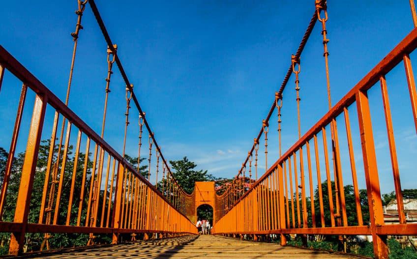 สถานที่ท่องเที่ยวลาว ที่บอกเลยว่าสวยงามและมีบรรยากาศที่ดี สายคนชอบเที่ยวไม่ควรพลาด สถานที่ท่องเที่ยวที่สองที่แอดอยากจะมาแนะนำ คือ สะพานส้ม