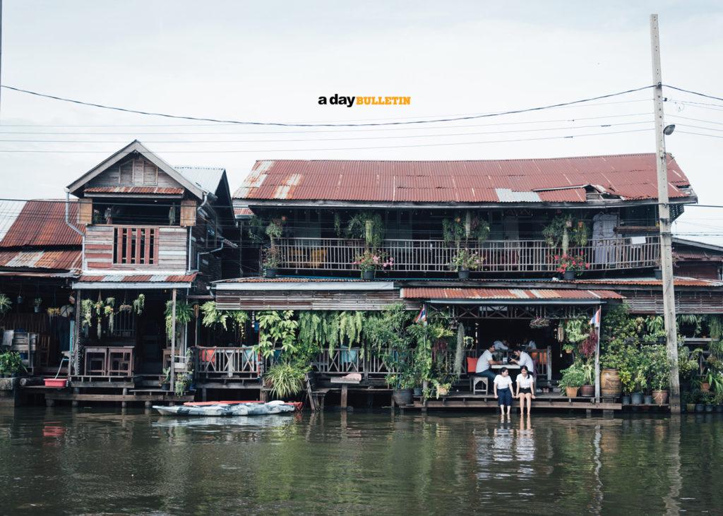 ตลาดน้ำน่าเที่ยว ที่บอกเลยว่ายอดนิยมและเป็นที่ให้ความสนใจของนักท่องเที่ยว สถานที่ท่องเที่ยวที่สามที่แอดอยากจะมาแนะนำ คือ ตลาดหัวตะเข้