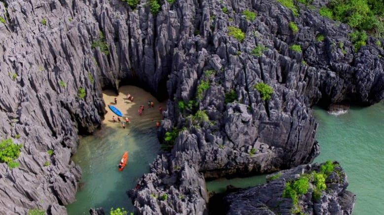 สถานที่ท่องเที่ยวสตูล บรรยากาศดีและมีความน่าเที่ยวสุด ๆ สายคนชอบทะเลไม่ควรพลาด สถานที่ท่องเที่ยวที่สามที่แอดอยากจะมาแนะนำ คือ เกาะเขาใหญ่