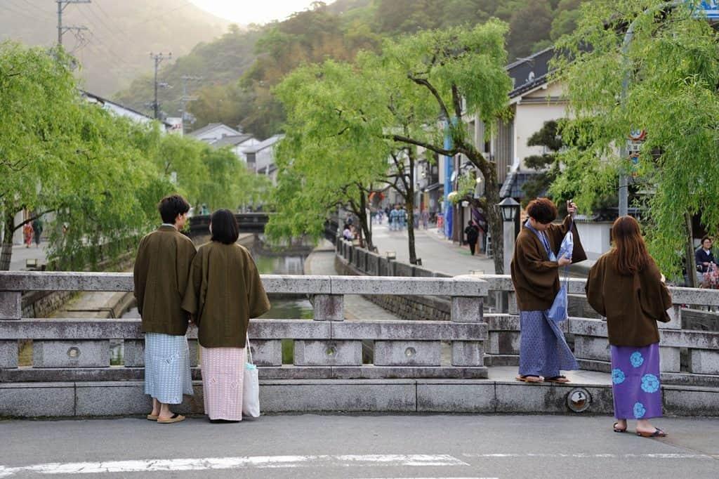 สวมใส่ชุดยูคาตะพร้อมกับรองเท้าเกตะ (เกี๊ยะไม้) คิโนะซากิออนเซ็น