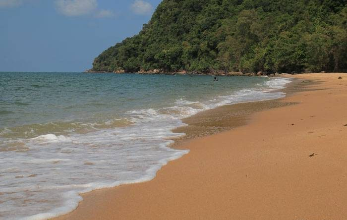 อ่าวกระทิง ที่นักท่องเที่ยวจะได้รับจากสถานที่ท่องเที่ยวแห่งนี้เป็นอันดับแรก ก็คือ น้ำทะเลที่มีความใสสะอาด