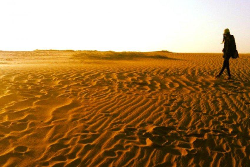 หาดหงส์ อุบลราชธานี ที่นี้มีลักษณะเด่นอยู่ที่ทรายสีขาวละเอียดเมื่อถูกแสงแดดตกกระทบจะมองเห็นคล้ายสีทอง