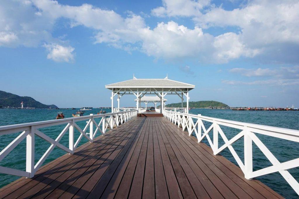 เกาะสีชัง เป็น ทะเลน่าเที่ยว ที่เป็นเกาะตั้งอยู่ในจังหวัดชลบุรี โดยเกาะแห่งนี้เป็นเกาะที่มีขนาดเล็ก และมีความเงียบสงบ