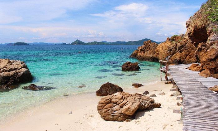 ทะเลน่าเที่ยว กาะขาม  เป็นเกาะขนาดเล็กที่ตั้งอยู่ในจังหวัดชลบุรี